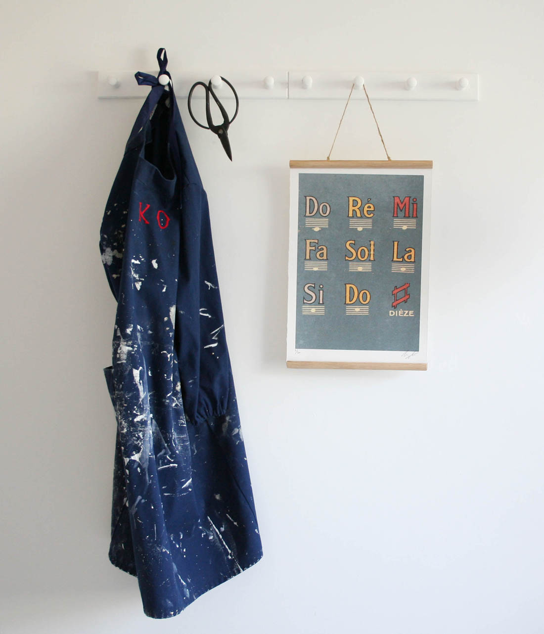 How to make a DIY poster hanger | Cheap and easy ways to hang art | Vintage style school wall chart | Apartment Apothecary