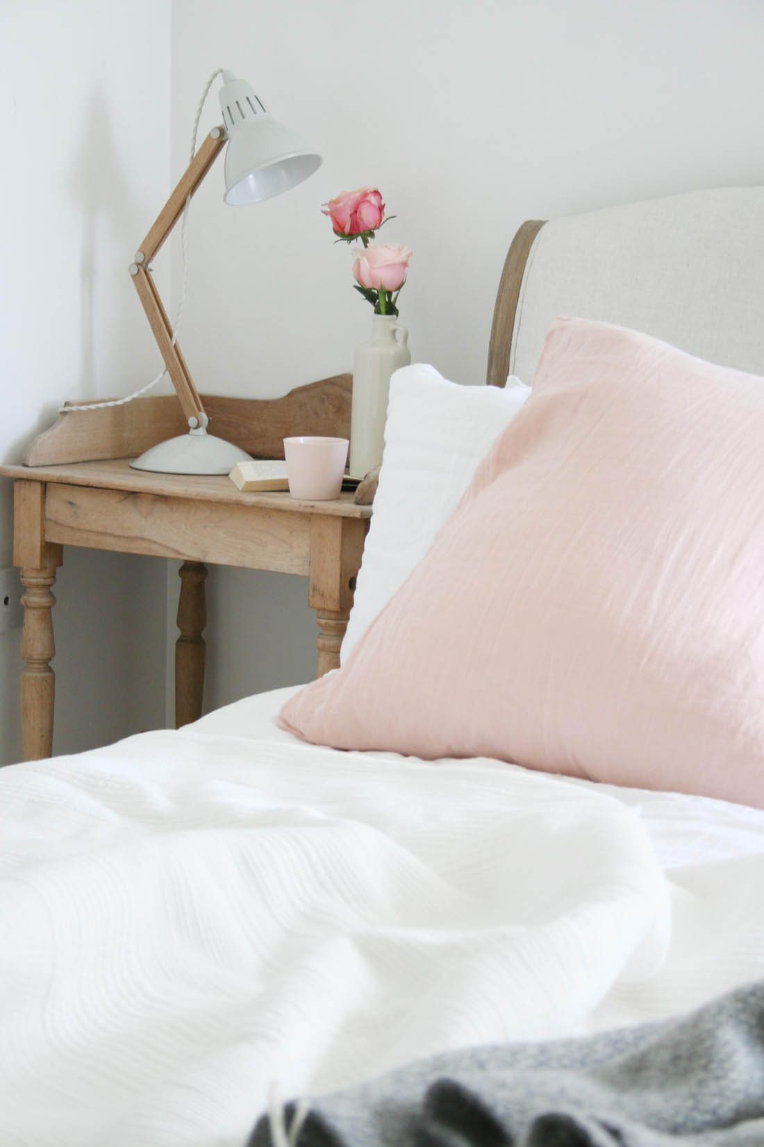 Foam mattress review with Leesa | Golden Retriever on bed | White bedroom with blush pink accents | Apartment Apothecary